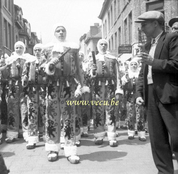 """binche guys In binche around thousand of gilles can be seen on shrove tuesday the gille's costume can only be worn for this special day it is also forbidden to get out of the city with it, from this comes the saying """"a gille never leaves""""."""